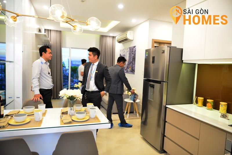 Chuyên viên Sài Gòn Homes hỗ trợ khách xem nhà